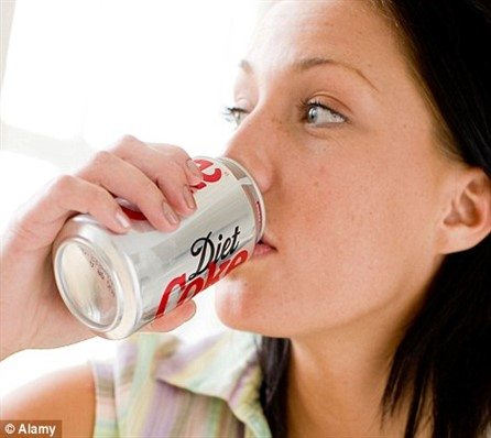 Diet fizzy drinks may damage the kidneys.